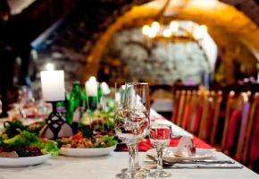Restaurant in den Gewölben einer Burg