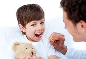 Fiebermessen: Kleiner Junge hat die Mumps