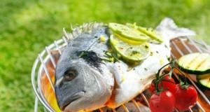 Den Fisch zu grillen ist sehr schmackhaft.