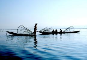 Kambodschanische Fischer bei der Arbeit