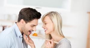 Flirten beim Kochen und Spass haben.