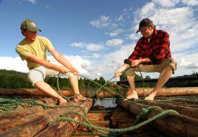 Floßfahrt: Floßbausatz wird zusammengebaut