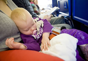 Flugreise: Mutter mit Baby