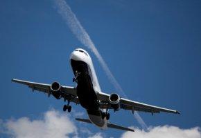 Flugzeugabgase - Flugzeuge verursachen Kondensstreifen am Himmel