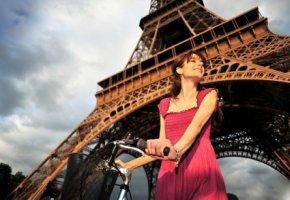 Französin unter dem Eiffelturm