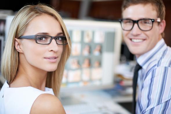 Medienberuf: Junge Frau und Mann arbeiten gemeinsam an einem Computer.