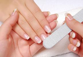 Fingernägel feilen und polieren