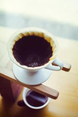 Frisch aufgebrühter Kaffee der durch den Kaffeefilter läuft
