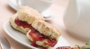 Frisch gebackene Scones mit Erdbeermarmelade