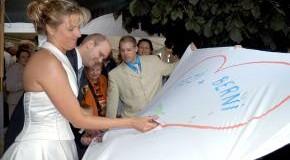 Junges Brautpaar beim auschneiden von einem Herz