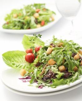 Frischer Salat auf dem Teller