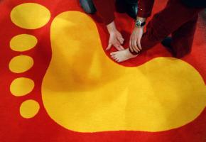 Mediziner prüft den Fußabstand zum Boden bei einem Kind