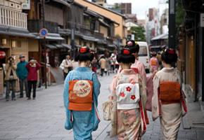 Geishas auf der Straße in Kyoto