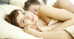 Dreiecksbeziehung: Geliebte liegt mit ihrem Geliebten im Bett.