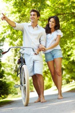Gemeinsamkeiten in der Partnerschaft z.B. Spazieren gehen und Fahrradfahren