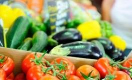 Gemüsetheke im Supermarkt - Rohkost kann gefährlich werden, wenn es nicht ausreichend gekocht wird.