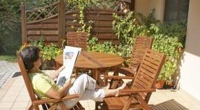 Gemütlich auf der Terrasse sitzen