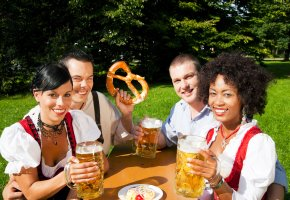 Gemütlich mit Freunden im Biergarten sitzen