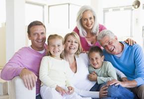 Generationen: Familie mit den Großeltern