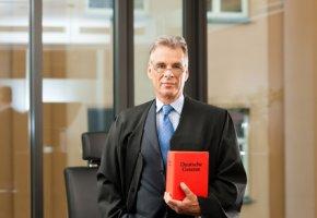 Gerichtsbarkeit - Anwalt mit Gesetzbuch