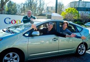 Geschäftsführer Eric Schmidt, Larry Page und Sergei Brin mit einem Streetview-Car