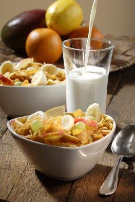 Gesundes Frühstück: Cornflakes mit Obst