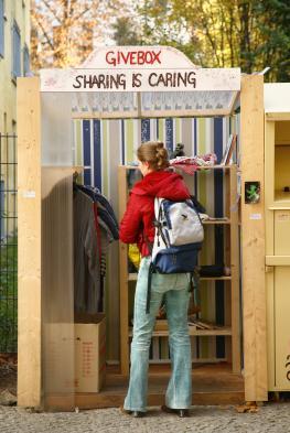 Junge Frau besucht eine Givebox