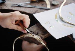 Goldschmied fertigt eine Halskette an