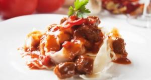 Köstliches Gourmet-Gulasch dazu frische Bandnudeln.