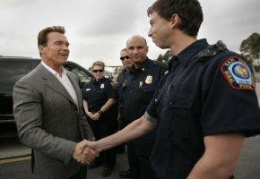 Gouverneur Arnold Schwarzenegger bedankt sich bei seinen Feuerwehrleuten in San Diego