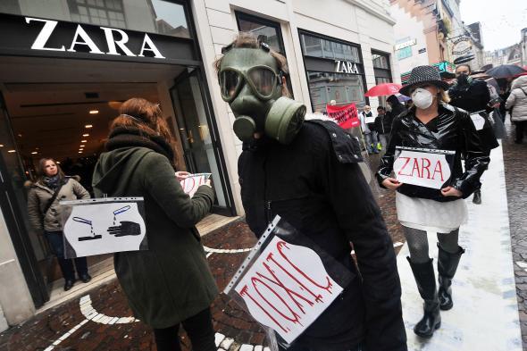 Demonstration vor dem Bekleidungsgeschäft von ZARA