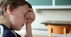 Kleiner Junge ist gestresst von der Schule