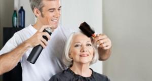 Haarstyling - mit Haarspray bringt man Haare in Form.