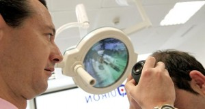 Eine Haartransplantation mit Eigenhaaren stoppt den Haarausfall.