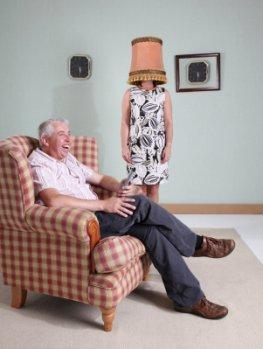 Gewohnheitssache: Habituation - Mann schaut Fernseh, Frau dient als Stehlampe