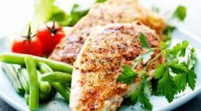 Gegrilltes Hähnchenbrustfilt mit Salat