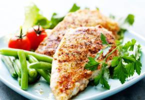 Viel Eiweiß - ein gegrilltes Hähnchenbrustfilet mit Salat.