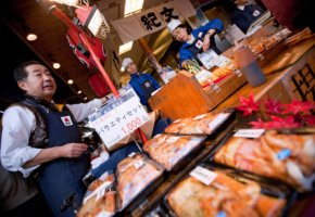 Händler und Kunden auf dem Tsukiji-Fischmarkt in Tokyo