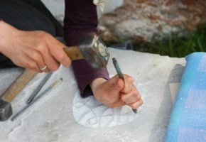 Handarbeit: Der Steinmetz schlägt Verzierungen in den Stein