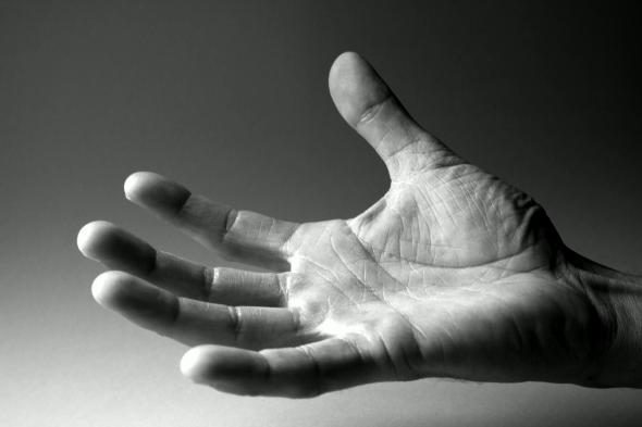 Eine ausgestrecke und geöffnete Hand.