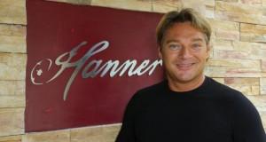 """Hans Haller vor seinem gleichnamigen Restaurant """"Hanner."""""""