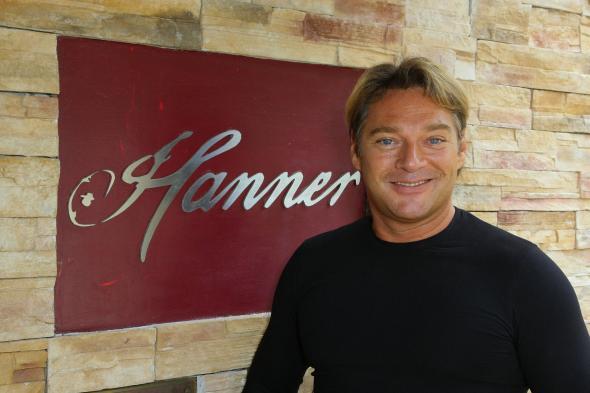 """Hans Hanner vor seinem gleichnamigen Restaurant """"Hanner""""."""
