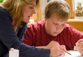 Eine Mutter macht mit ihrem Sohn die Hausaufgaben für die Schule