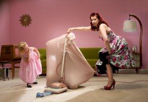 Haushaltssorgen - Die Hausfrau hat den Ehemann eingesaugt