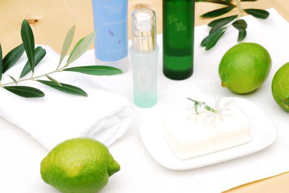 Zitronensaft ist ein bewährtes Hausmittel gegen Körpergeruch.