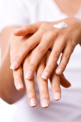 Hautpflege der Hände mit Nivea Creme