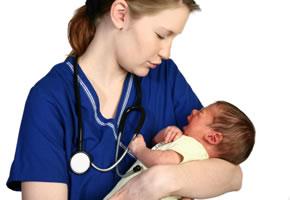 Hebamme mit einem Säugling