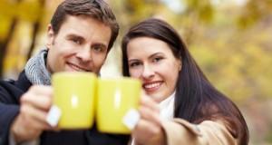 Pärchen mittleren Alters trinkt Tee gegen die Kälte.