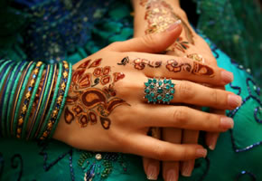 Henna Tattoo auf Händen aufgemalt