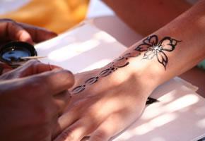 Ein Henna Tattoo aufmalen